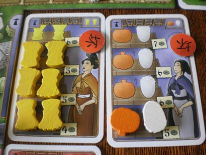 2 έμποροι:ο ένας θέλει 2 σιτάρια σε κάθε γύρο για 4,5,5,6 χρυσά αντοίστιχα.Ο άλλος θέλει ένα κολοκύθι και ένα λάχανο κάθε γύρο για 5,6,6,7 χρυσά.Ο κόκκινος δείκτης σημαίνει πως τον «κρεμάσαμε» σε κάποιο γύρο και είναι εκνευρισμένος